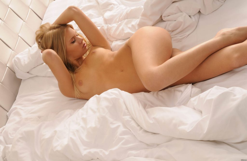 Naked girl uses toy on bed — photo 14
