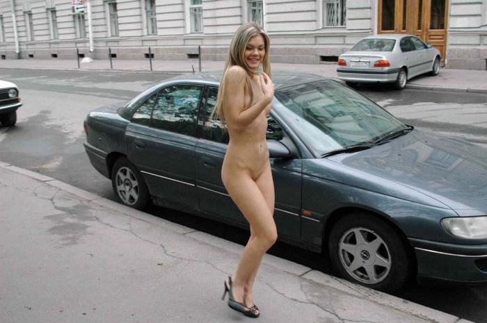 голая девушка на людях видео: