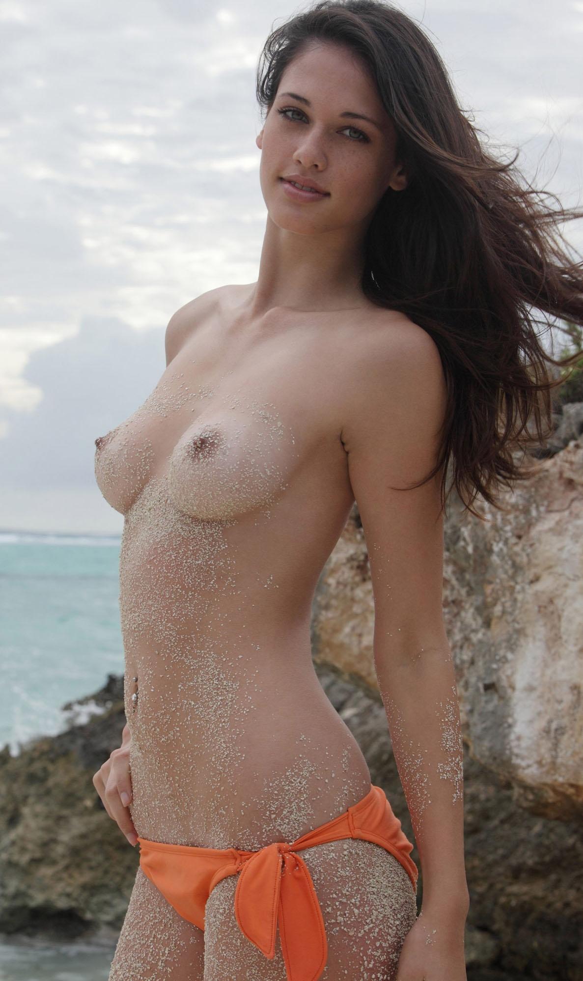 Красиво вытекающая сперма из девушек  Частное фото