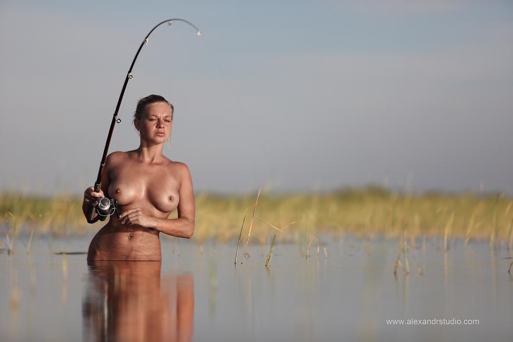 голые девушки на рыбалке  VideoLike