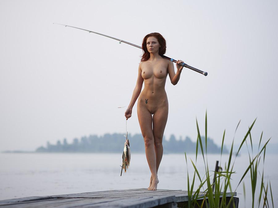 Голая блондинка на зимней рыбалке