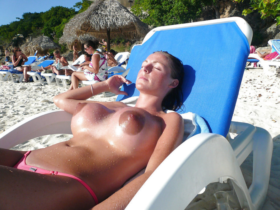 Огромные соски на пляже
