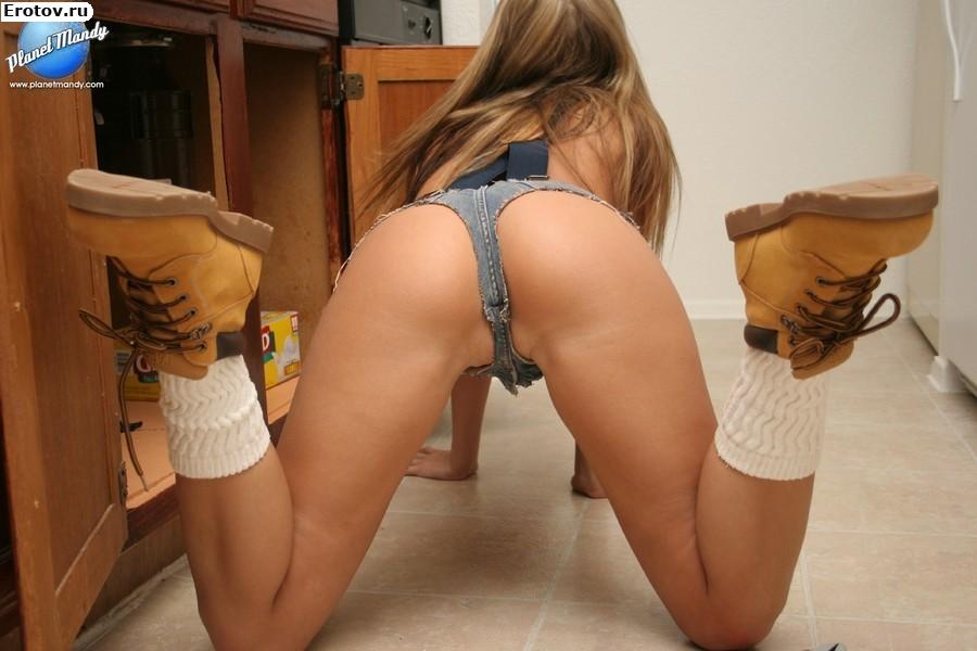 Видео эротика девушек в шортах на каблуках фото 221-217