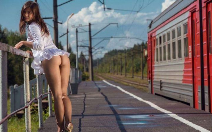 foto-golih-devchonok-i-poezdov
