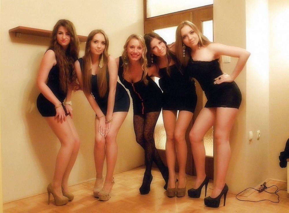 foto-zhenshin-biseksualov-mini-platyah-erotika