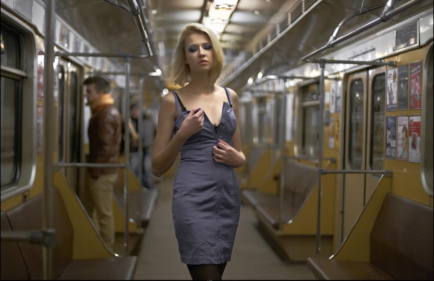 Секси девка в метро фото 413-173