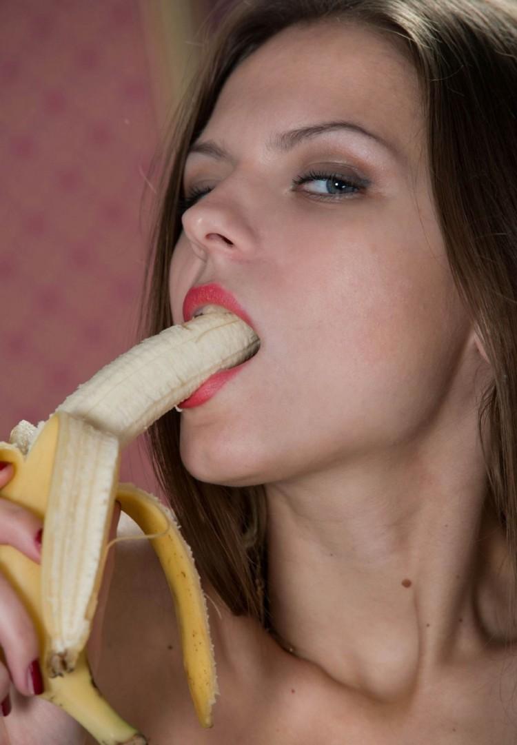 zhenshina-drochit-bananom