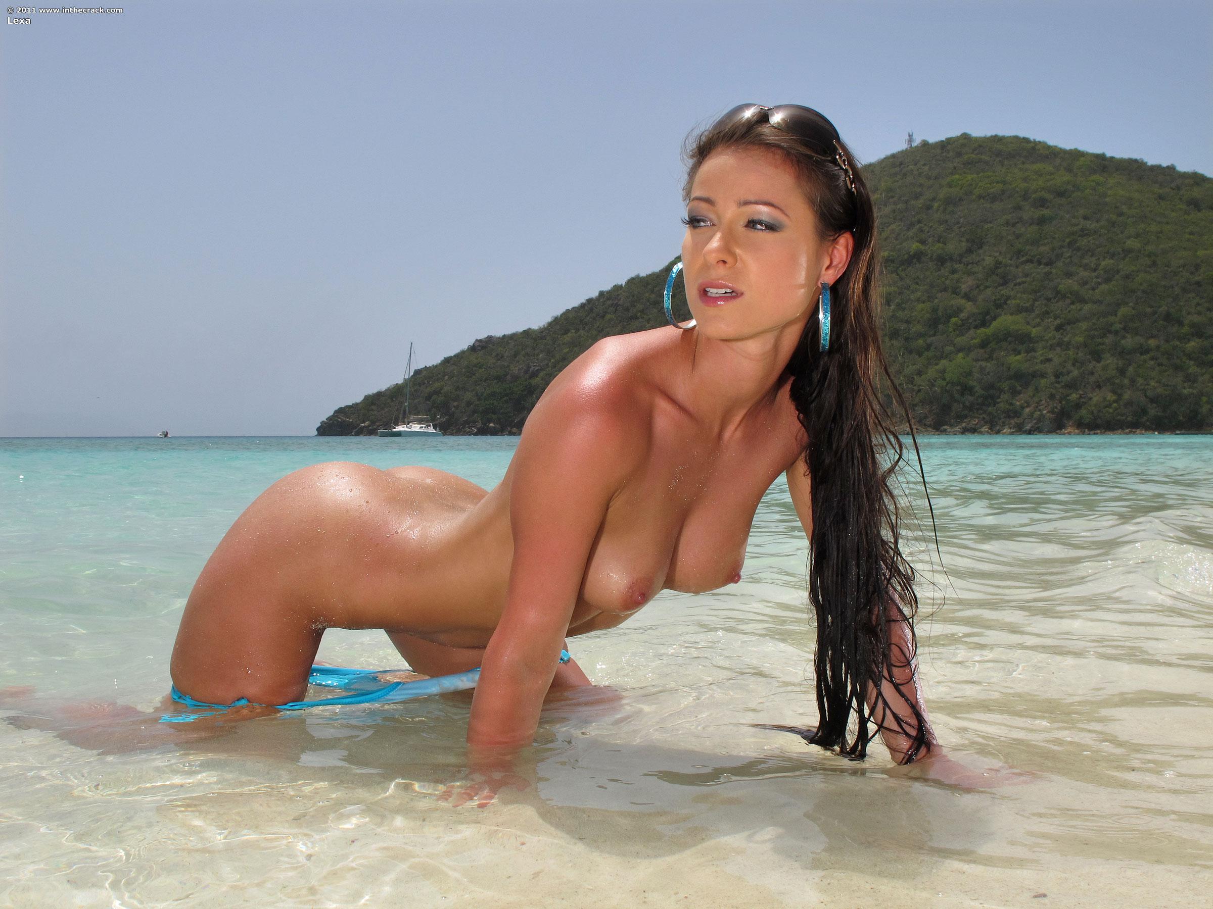 Показать фото голой девушки на пляже в голубом купальнике фото 228-300