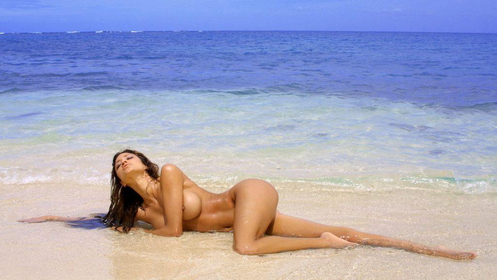 eroticheskie-foto-bryunetok-u-morya