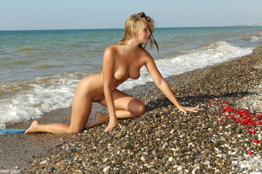 голые девки на пляже фото