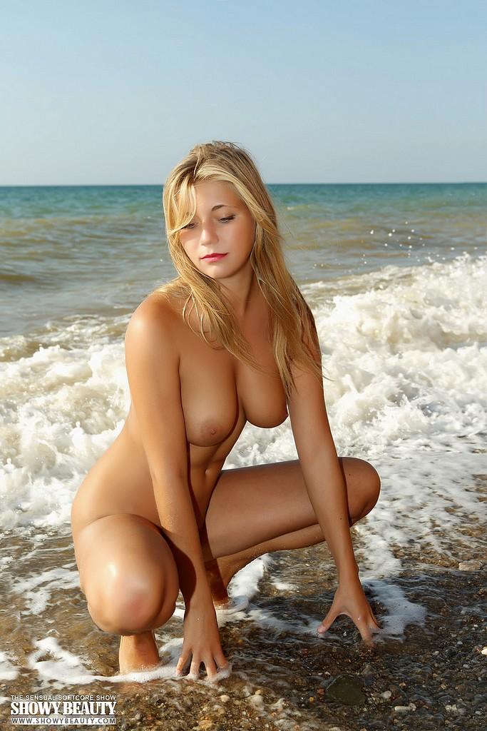 фото голая девка море