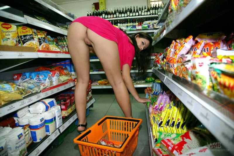 Жена в магазине порно видео