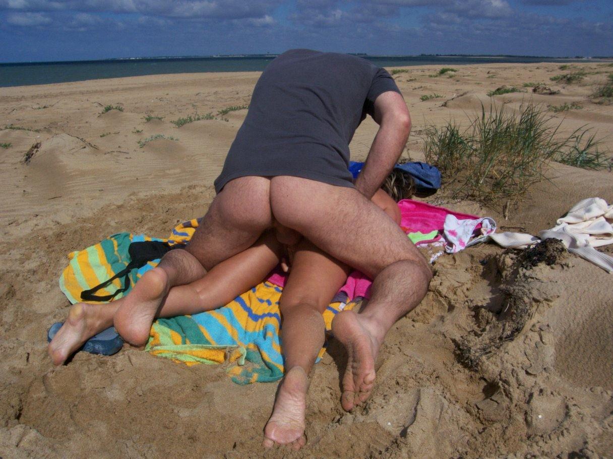 seks-na-plyazhe-foto-lyubitelskoe