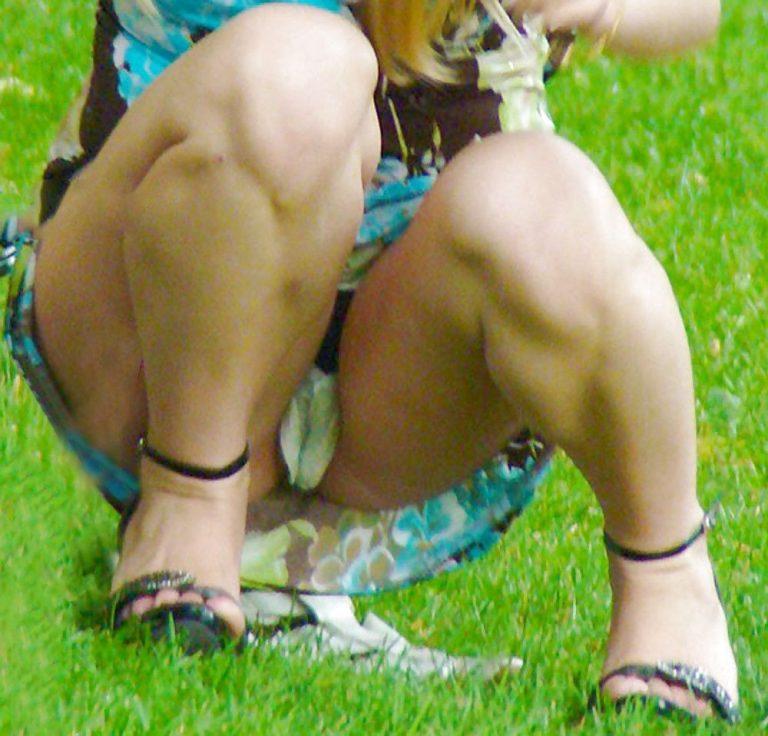 Женщина на корточках светит трусами порно 31991 фотография