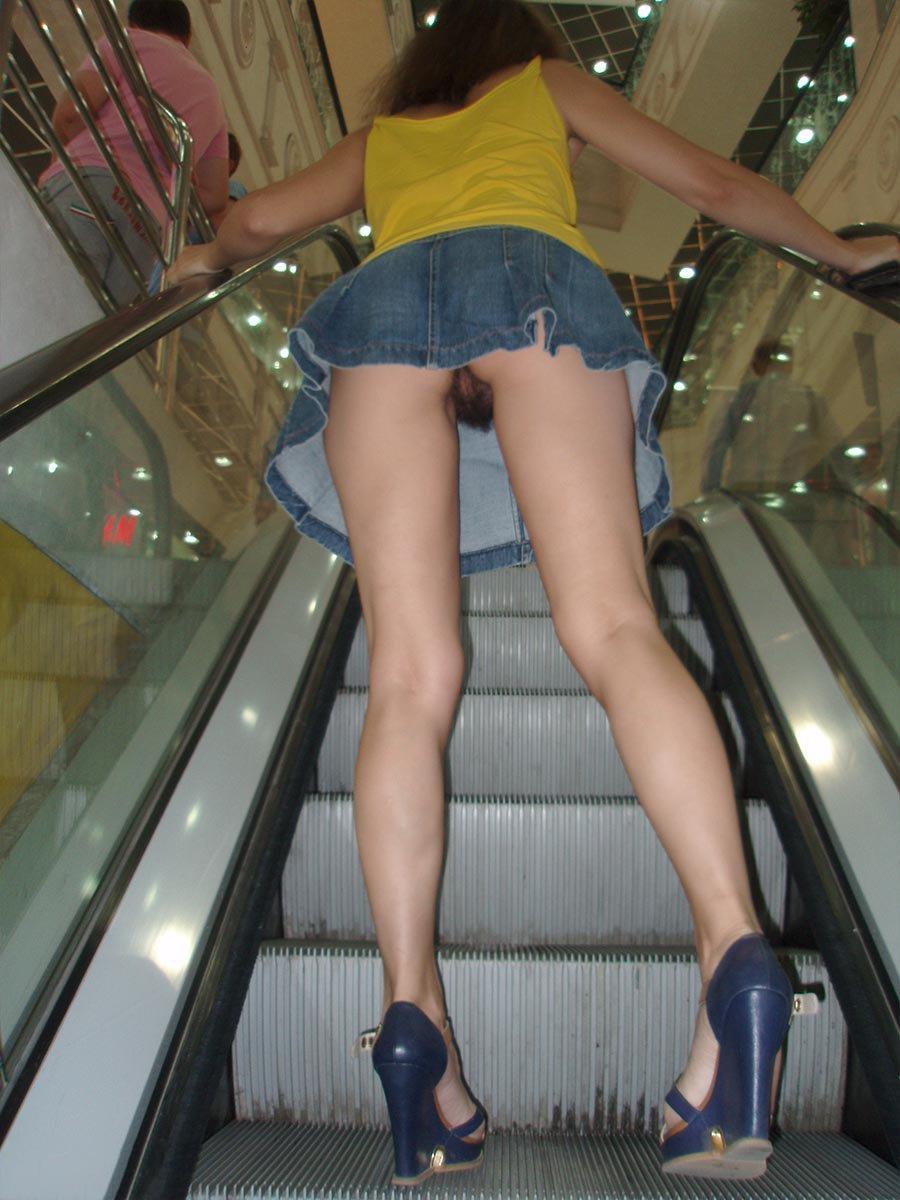Подсматривать под юбки девкам