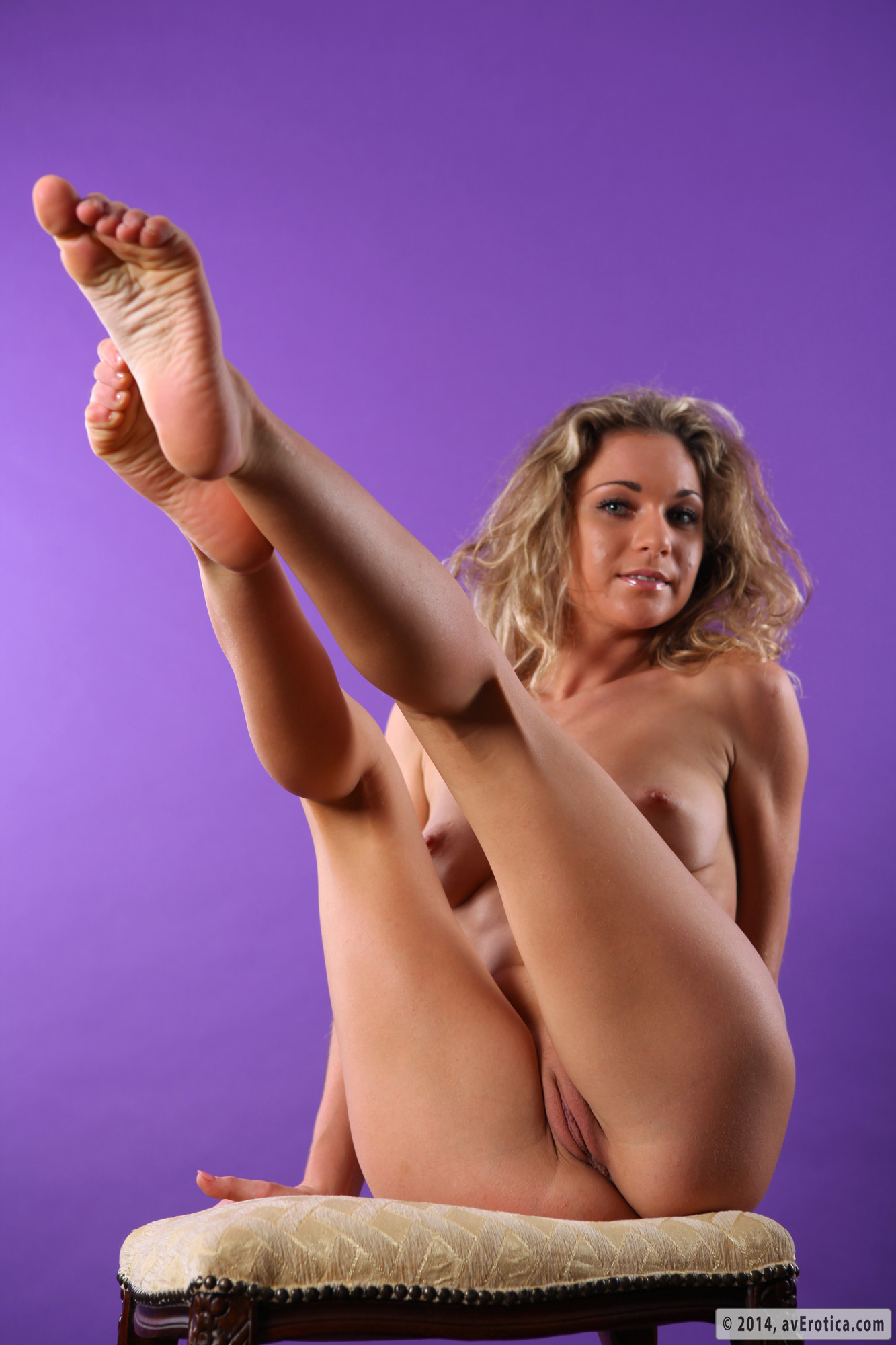 Flexible girlfriend shows naked vagina