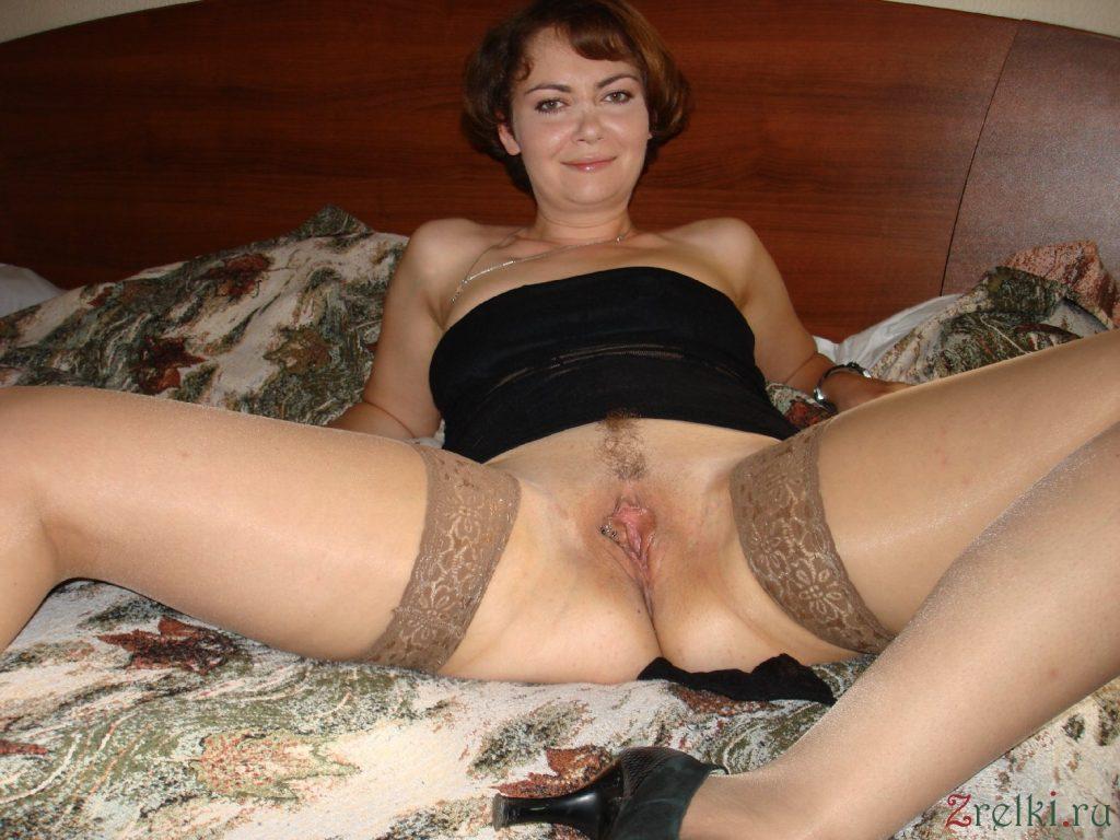 Голая женщина в возрасте раздвинула ноги