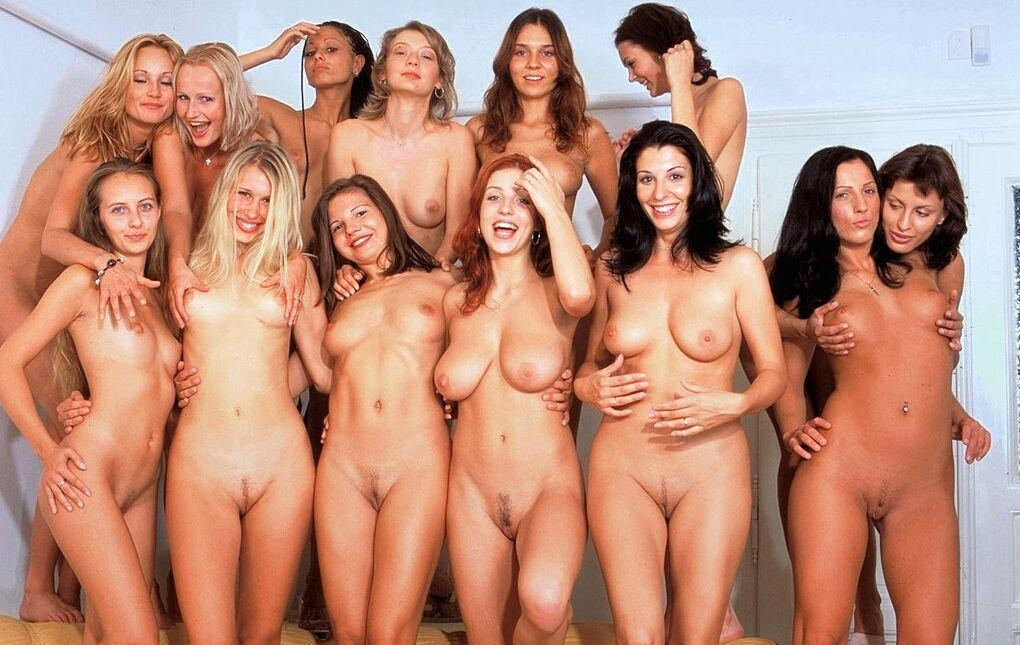 sexy-fiight-necked-girls-in-show