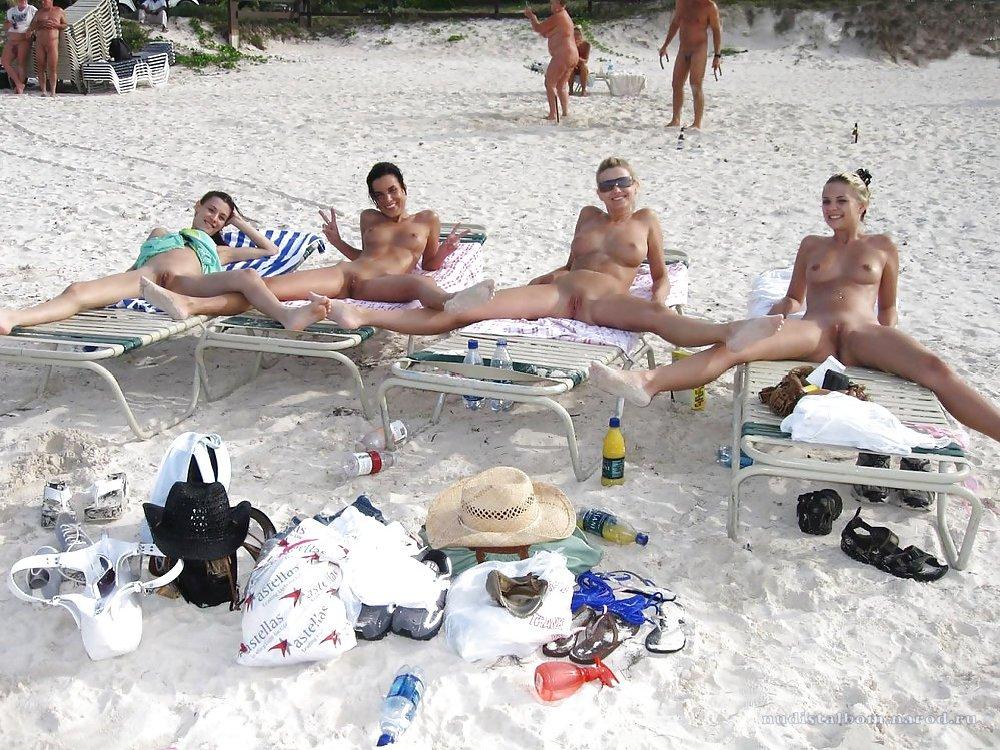 голые девушки гуляют по пляжу фото