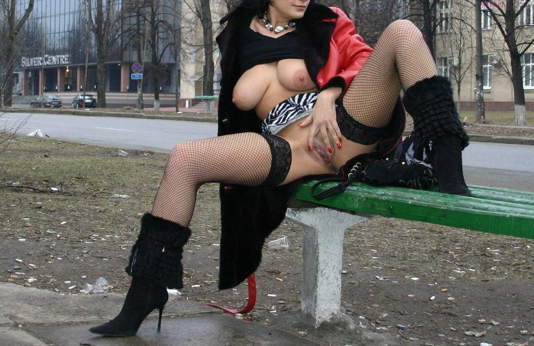 фото эротика раздвинула ножки на улице