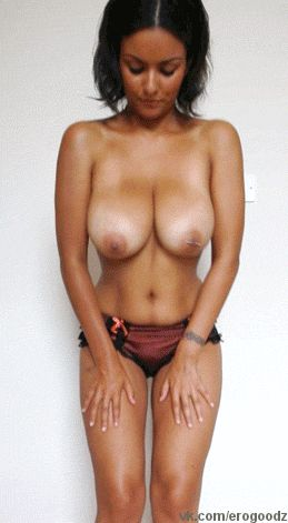 Фото девки трясут голыми сиськами