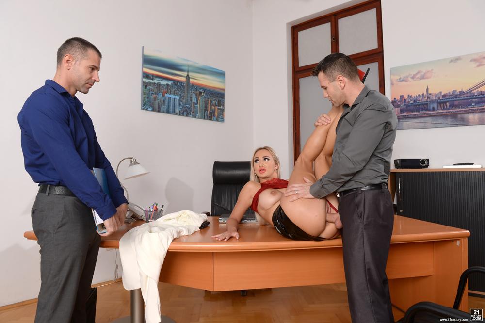 детей бросят, фото строгая начальница наказывает подчиненного уже платках