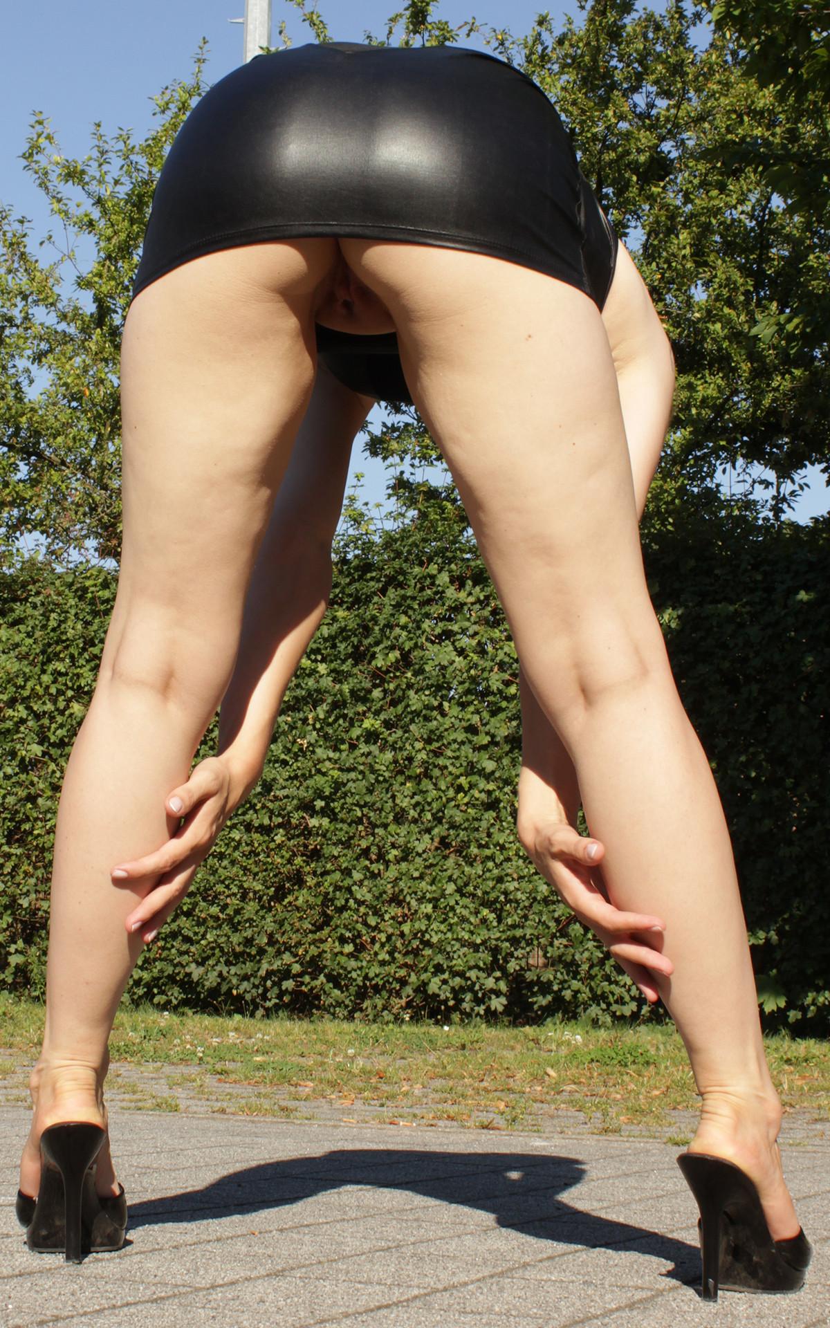 Разрешила заглянуть под юбку порно