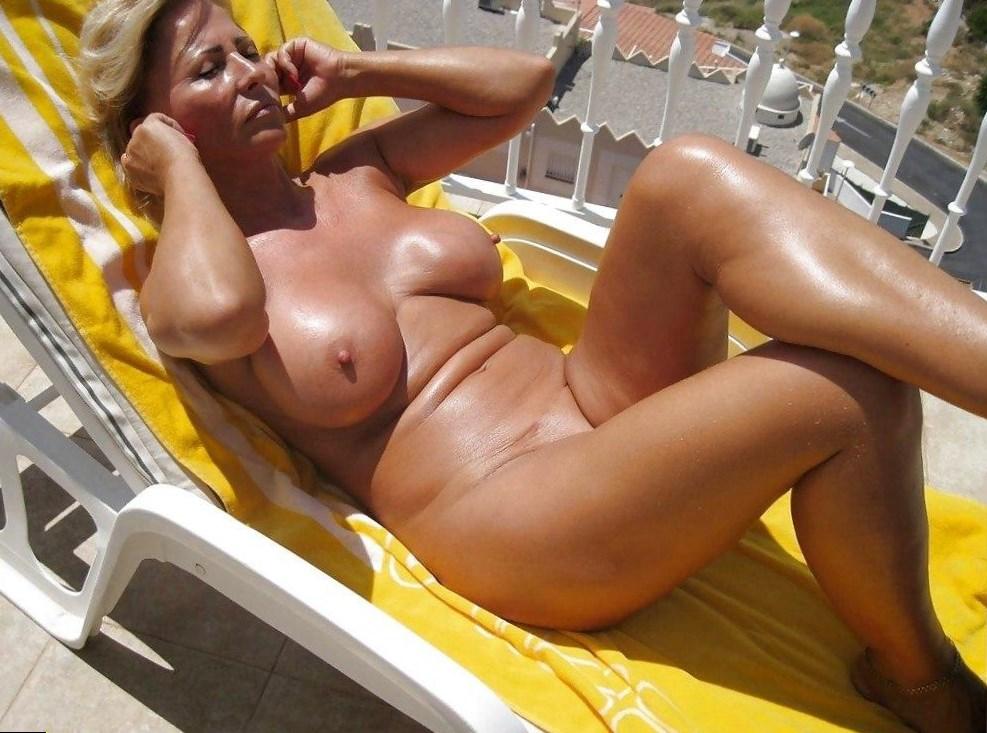фото голых леди в бикини