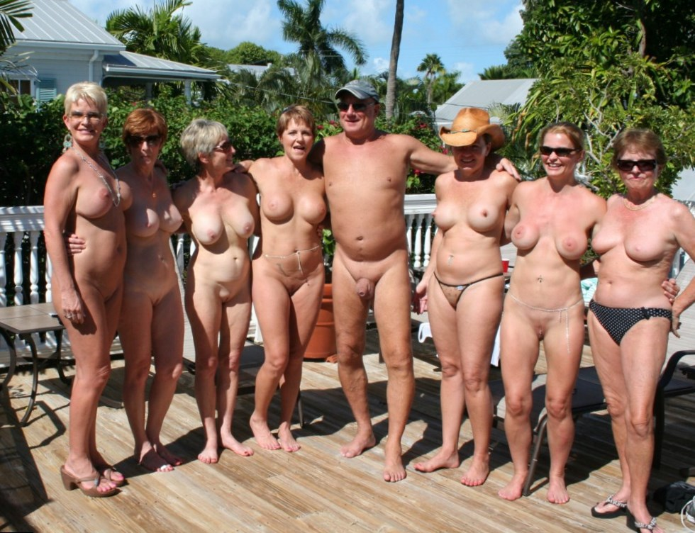 Beach naked group of women and men — pic 12